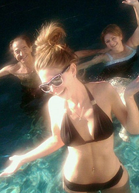 Maria Menounos gets photobombed by her parents