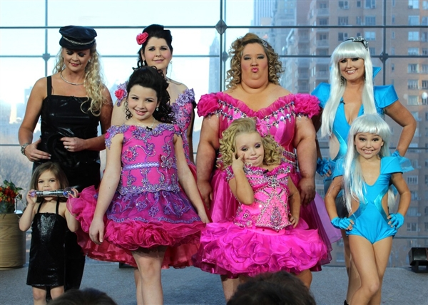Anderson gives Toddlers and Tiaras moms makeovers in their daughters' pageant dresses