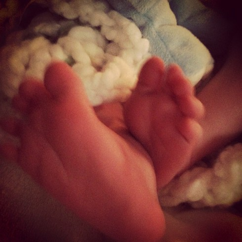 Photo of Hilary Duff's baby Luca's feet from Twitter