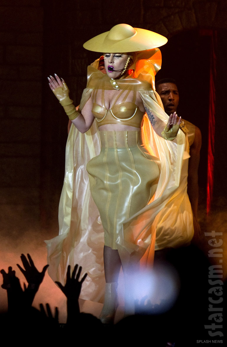 Lady_Gaga_Born_This_Way_Ball_costume_gol