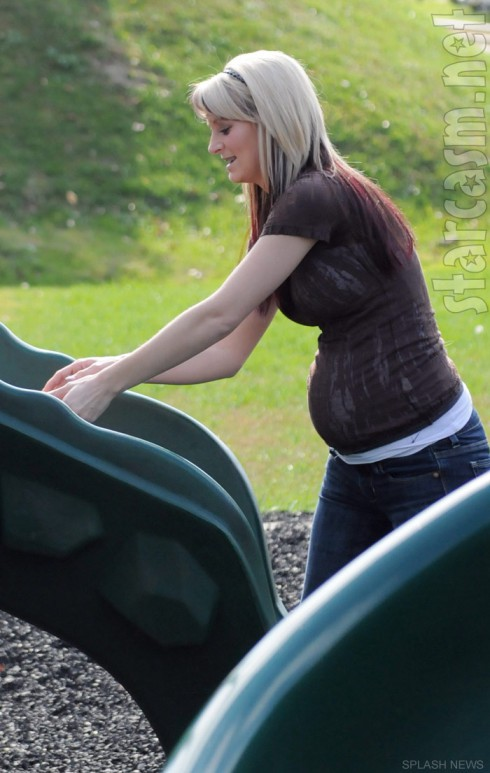 Teen Mom 2 Leah Messer-Calvert pregnant and showing off her baby bump 2012
