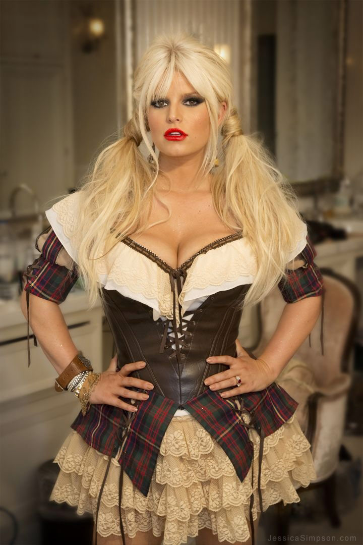Jessica Simpson shows off slim figure in sexy wench ...