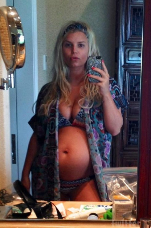 Pregnant Jessica Simpson bikini photo from Twitter
