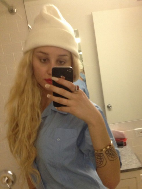 Amanda Bynes wear hat and wig in Twitter photo