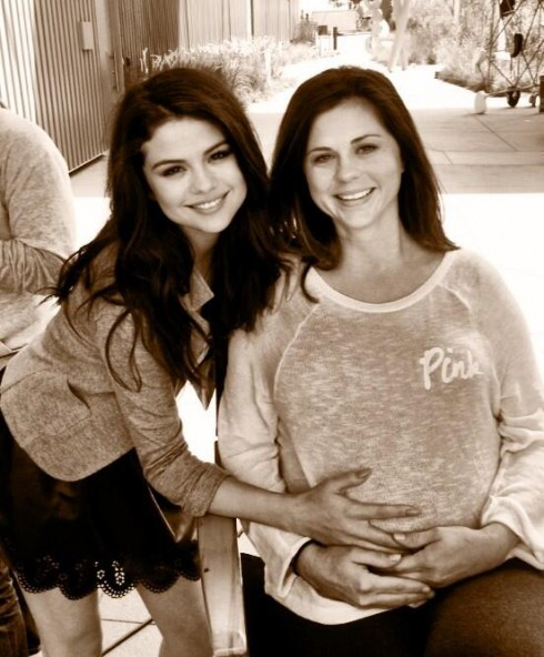 Selena Gomez shows off her mom's baby bump in Twitter photo