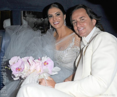 Adriana de Moura Frederic Marq wedding photo in the car