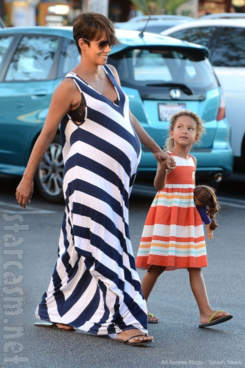 Pregnant Halle Berry with daughter Nahlia