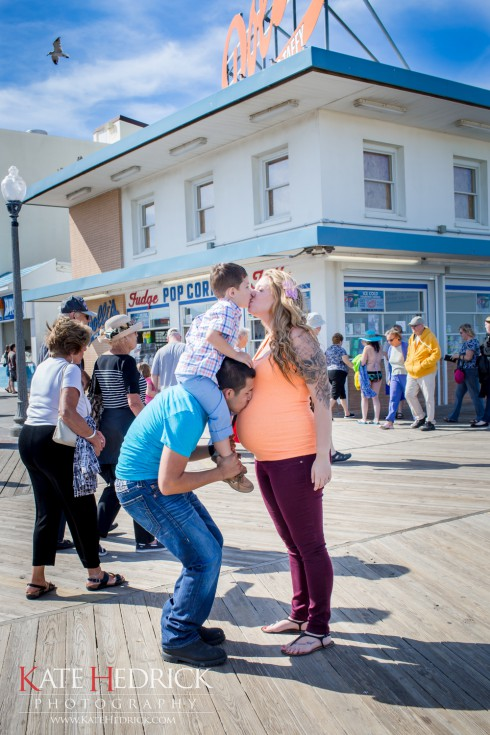 Pregnant Kailyn Lowry son Isaac and husband Javi Marroquinn kissing on the boardwalk