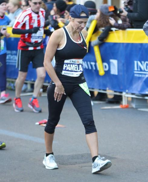 Pamela Anderson - ING Marathon - Walking