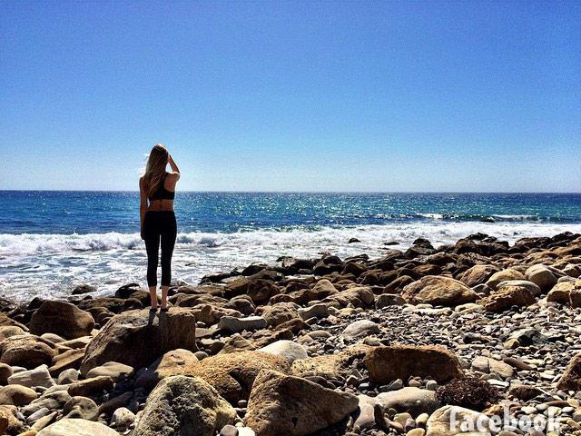 Pregnant Leah Jenner beach