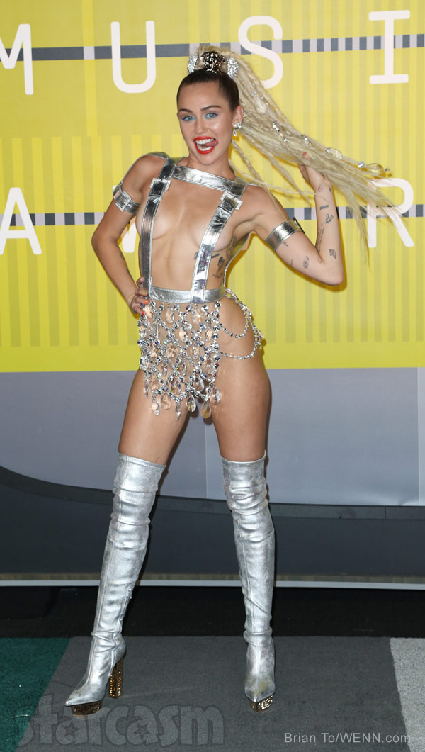 Photos Miley Cyrus Vmas Red Carpet Look Lives Up To