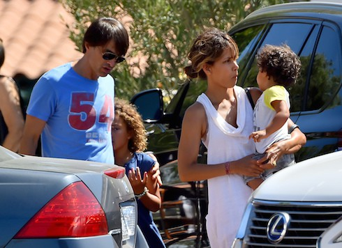 Halle Berry and husband Olivier Martinez spend Sunday with their children at the Malibu Playground Featuring: Halle Berry, Nahla Berry, Nahla Aubry, Olivier Martinez, Maceo Martinez Where: Los Angeles, California, United States When: 30 Aug 2015 Credit: WENN.com **Not available for publication in France**