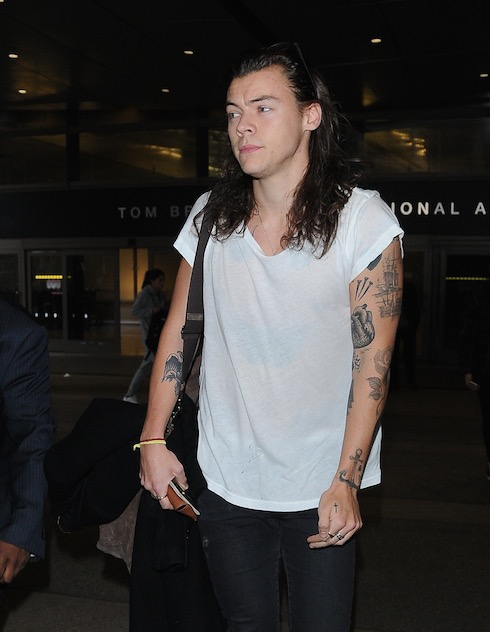 Harry Styles arriving at LAX Airport in Los Angeles Pictured: Harry Styles Ref: SPL1211341 200116 Picture by: Giovanni / Splash News Splash News and Pictures Los Angeles: 310-821-2666 New York: 212-619-2666 London: 870-934-2666 photodesk@splashnews.com